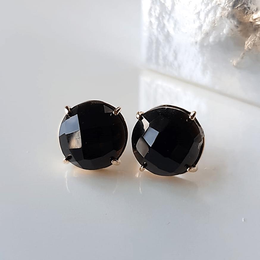Brinco botão redondo pedra facetada preto ônix 12mm