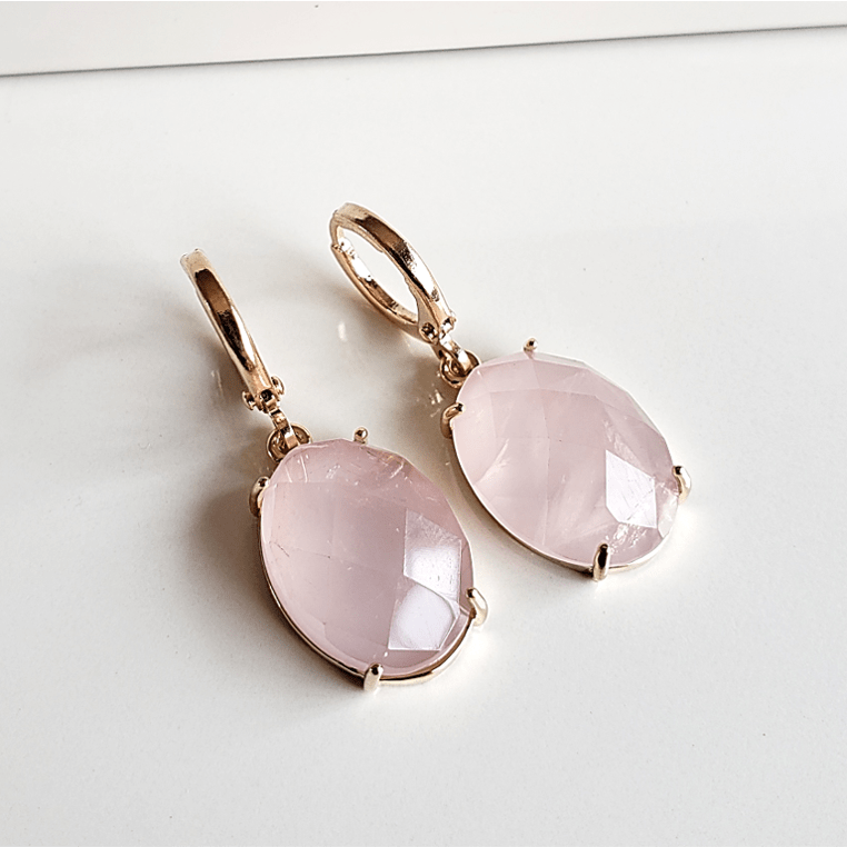 Brinco argola com pedra oval de quartzo rosa