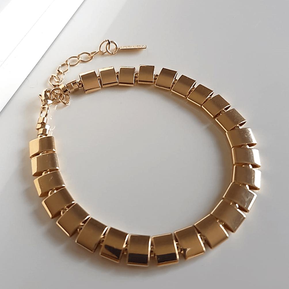 Pulseira dourada de tubinhos