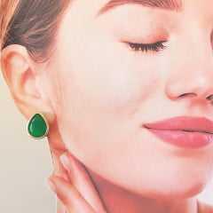 Brinco botão cristal verde esmeralda com bordas dourada-gota