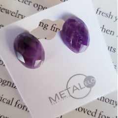 Brinco botão oval de pedra natural ametista