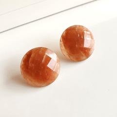 Brinco botão redondo de pedra natural aragonita facetada
