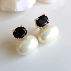 Brinco de pérola shell com cristal preto ônix