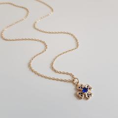 Colar curto com pingente de flor com zircônias azul safira