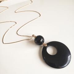 Colar longo com pingente de bola shell preta de fogo e resina preta