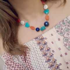 Conjunto colar curto e par de brincos de  pedras naturais